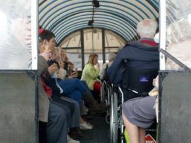 Bezoekers in paardentram